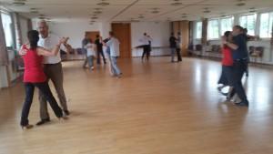 Beim üben der neuen Tanzschritte