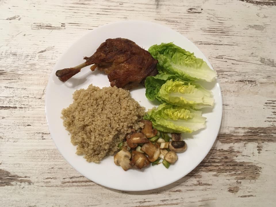 Kacsacomb, quinoaval, gombával, hagymával és szívsalátával