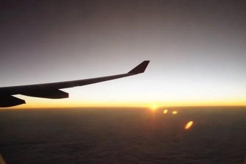 シンガポールから日本へ 深夜便で朝日を美しく撮れる席は右側!
