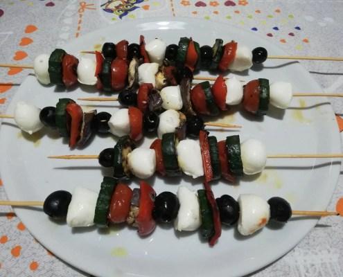 Spiedini di verdure grigliate e mozzarella