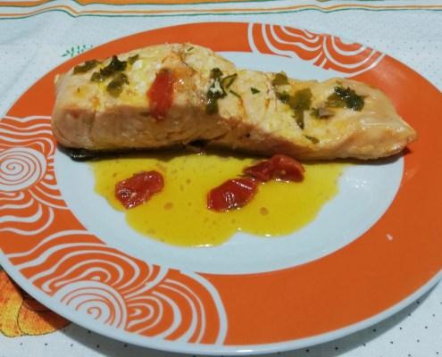 Salmone in padella coi pomodorini
