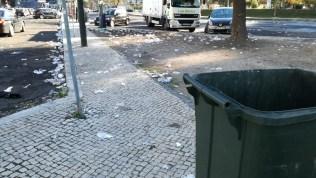Copos descartáveis a poluir o Jardim do Campo Grande, Lisboa