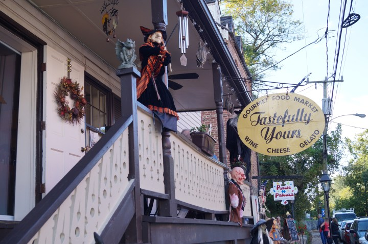 Entrance up the stairs to Tastefully Yours in Occoquan.