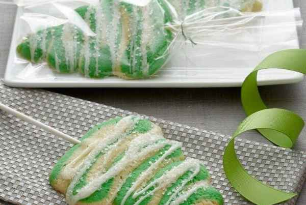 Oh Christmas Tree Lollipop Cookies, how I want to eat thee! Especially when you are soft, iced cookies with orange essence!