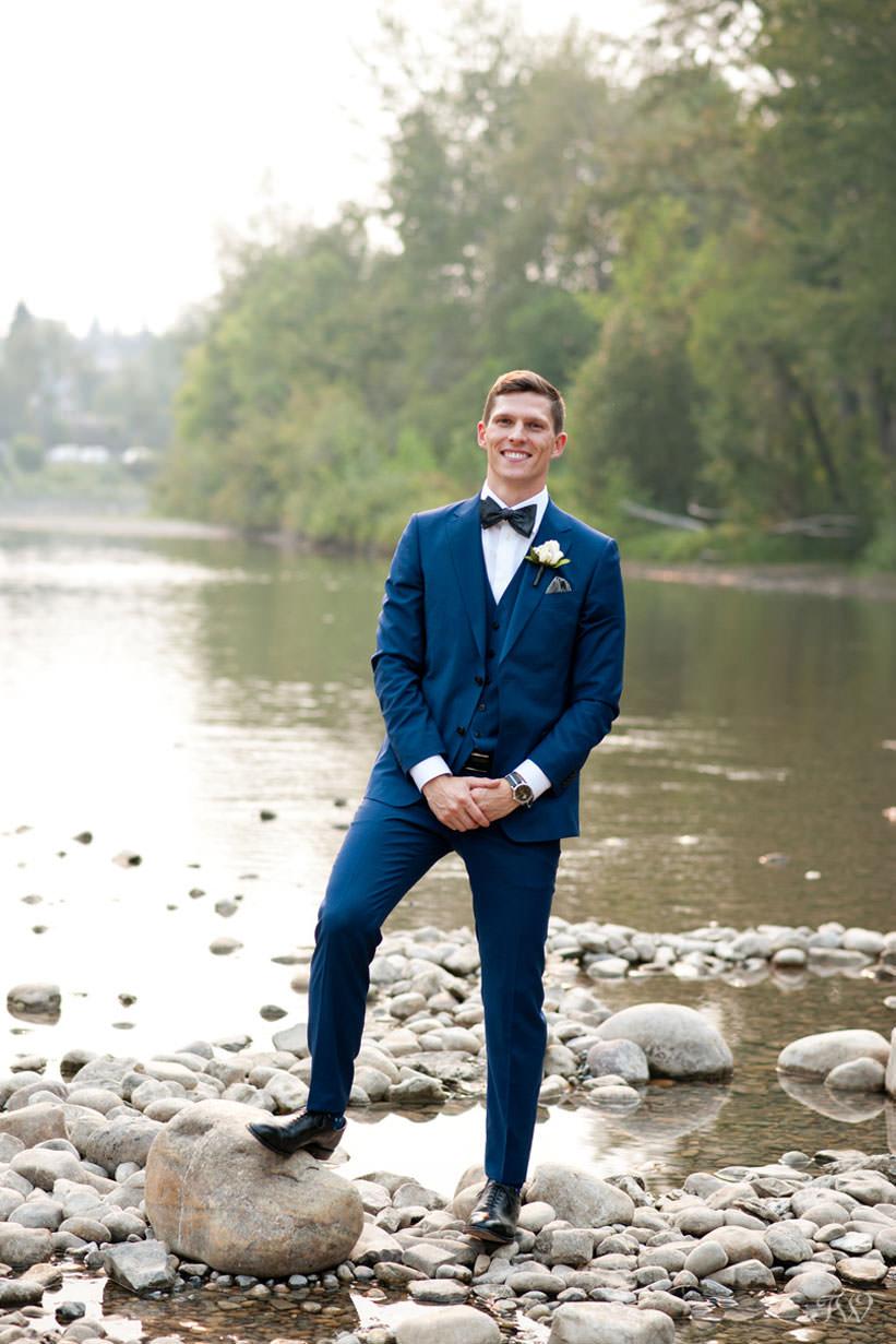 groom at Stanley Park in Calgary captured by Calgary wedding photographer Tara Whittaker