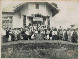 sulaiman Arrasuli di depan sekolah agama di bukittinggi minangkabau