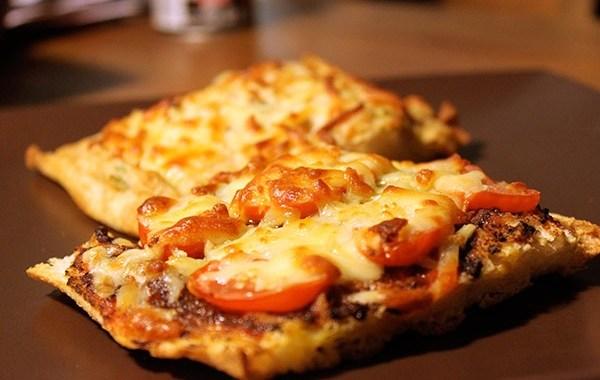 طريقة عمل بيتزا التوست منال العالم