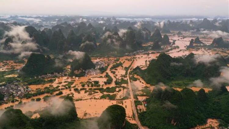 Çin'i sağanak yağış vurdu!