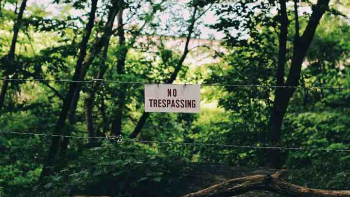 sign that says no trespassing