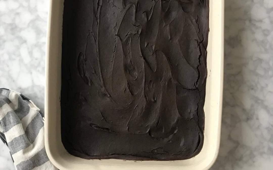 Sockerfri kladdkaka med svarta bönor och dadlar
