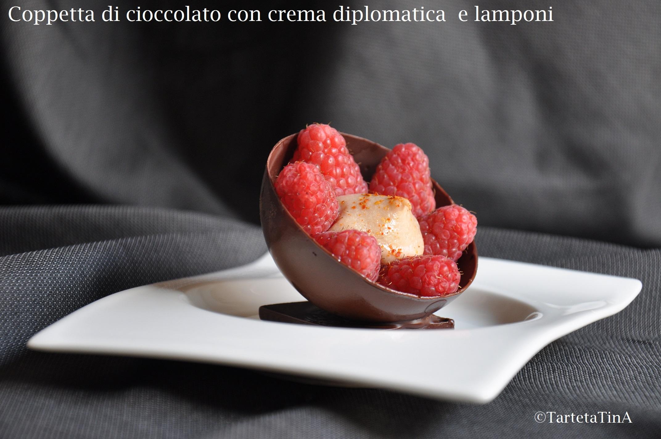 Coppetta di cioccolato con crema diplomatica e lamponi