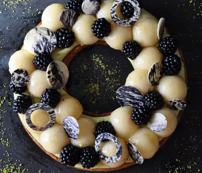'Strato-sferica' – crostata con more pesche e pistacchio