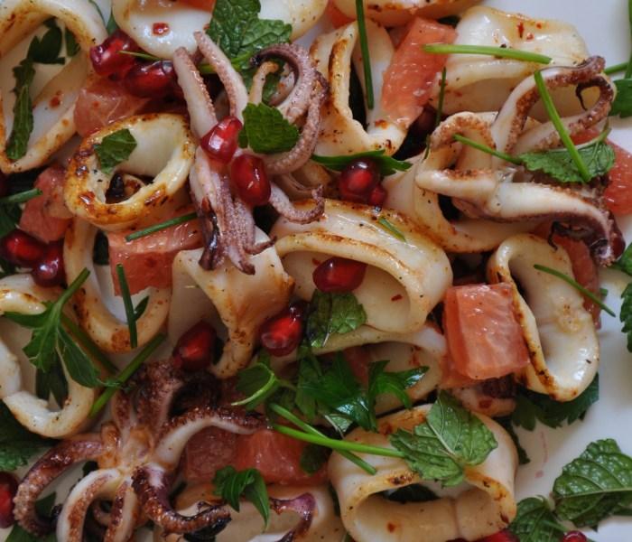 Calamaro grigliato con pompelmo, erbette e  semi di melagrana.