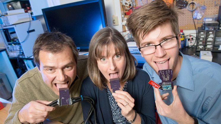 باحثون يطورون جهازا يُمكّن الصُمّ من السمع عن طريق اللسان