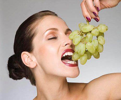 العنب هو المتسبب التاريخي الأول لحب الشباب