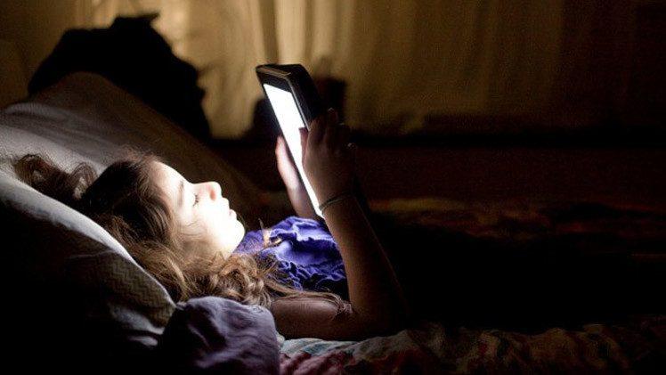 القراءة الليلية يمكن ان تسبب الأرق وتحفز الخلايا السرطانية