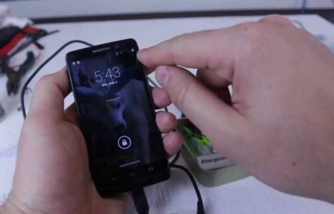 تعلم كيف تشحن هاتفك الجوال دون الحاجة لشاحن