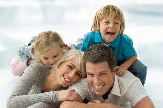 تعرف على التأثير النفسي لرؤية الطفل أهله من دون ملابس