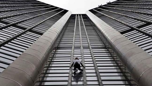 الرجل العنكبوت الفرنسي يتسلق برج باريس من أجل ضحايا زلزال النيبال