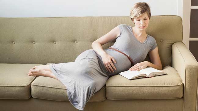 العلماء يحددون العمر المثالي للمرأة لإنجاب الطفل الأول