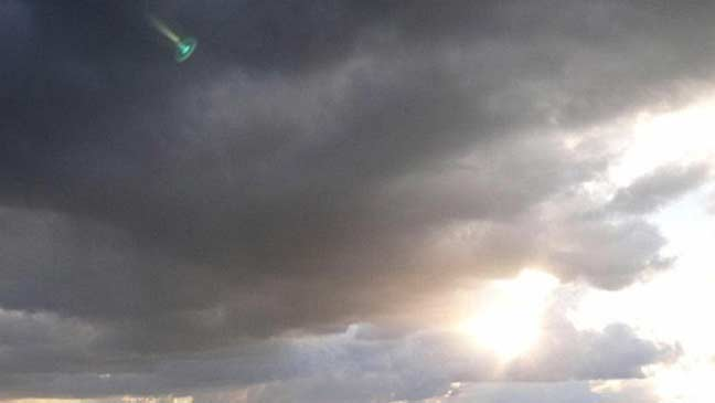 جسم متوهج غامض فيروزي الضوء يظهر في سماء هولندا