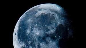 القمر الأزرق يظهر في سماء الأرض