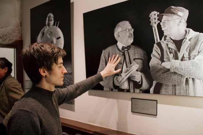 """مصور اسباني كفيف يساعد أمثاله على """"رؤية"""" أعماله الفنية"""