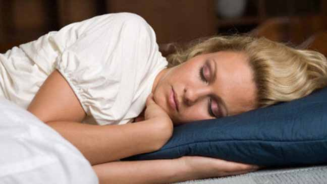 النوم على أحد الجانبين مفيد للإنسان