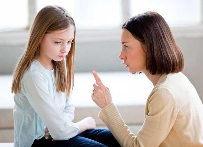"""تحكم الآباء والأمهات بأطفالهم قد """"يسبب مشاكل عقلية لهم في المستقبل"""""""
