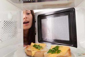 اطعمة تصبح سامة إذا سخنتها في الميكروويف