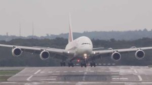 هبوط أضخم طائرة في العالم في ظروف الريح الجانبية القوية