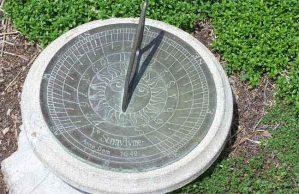 الساعة الشمسية تزين وتعطي الوقت الصحيح