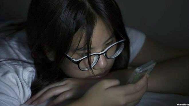 متابعة المراهقين لوسائل التواصل الاجتماعي لفترات طويلة يعرضهم للقلق والاكتئاب