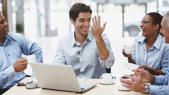 تنظيم احتساء القهوة خلال استراحات قصيرة أثناء العمل يعزز تركيز الموظفين