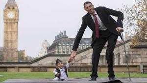 """أطول رجل في العالم يتّجه نحو النجومية في """"هوليوود"""""""