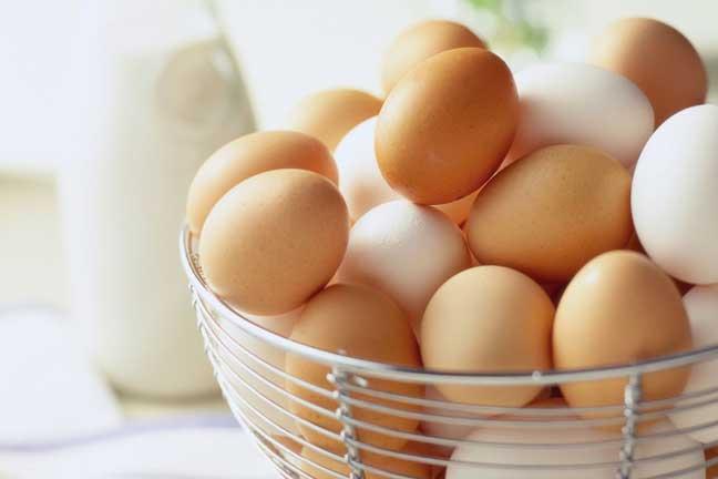 ماالفرق بين البيض الأبيض والبني؟