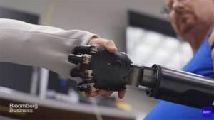 العلماء يكشفون عن يد اصطناعية تخضع لأوامر الدماغ