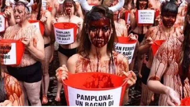 تظاهرات للعراة بالدم في إسبانيا احتجاجا على تعذيب الثيران