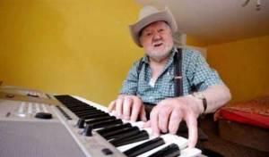مسن يصحو من سكتة ليكتشف قدرته المفاجئة بالعزف على البيانو