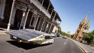 ابتكار سيارة سباق بريطانية تعمل بالطاقة الشمسية