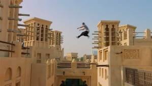متهور يغامر بالقفز فوق الأسطح المرتفعة بمدينة دبي