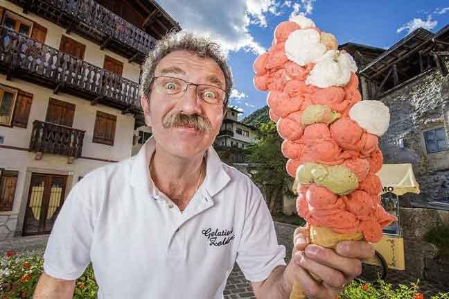 أطول مخروط آيس كريم في العالم في إيطاليا احتوى 121 كرة آيس كريم متراكمة