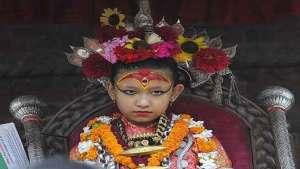 طفلة الـ7 سنوات في نيبال إلهة لا تطأ قدماها الأرض