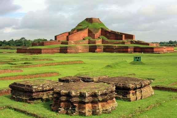 معبد بوذي في منطقة باهاربوري في بنغلاديشمعبد بوذي في منطقة باهاربوري في بنغلاديش
