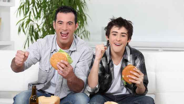 الأكل أثناء مشاهدة التلفزيون يزيد من احتمال الإصابة بالسمنة