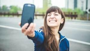 هل نعيش حقا في مجتمع أبكم بسبب الأجهزة الالكترونية؟