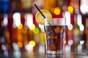 الأطباء يحذرون من الإفراط في تناول المشروبات المحتوية على الكولا