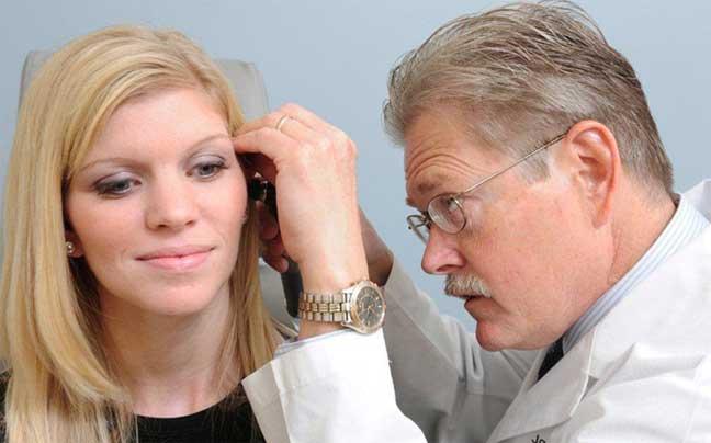 تحذير طبي من إزالة شمع الأذن