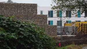 مدينة ألمانية تعزل اللاجئين عن السكان بجدار أعلى من جدار برلين