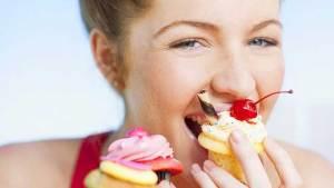 لماذا تشعر النساء بشهية مفرطة قبل الدورة الشهريّة؟